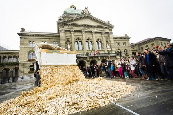 Aktion zur Einreichung der Grundeinkommen-Initiative. (Foto: Flickr-Stefan Bohrer / CC BY-SA 2.0)
