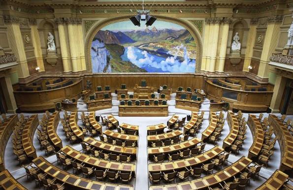 Saal des Nationalrats im Bundeshaus in Bern: Hier wurde über die Breitband-Infrastruktur im Versorgungskatalog abgestimmt. (Foto: John Doe-Wikipedia / CC BY-SA 3.0)