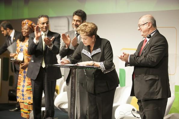 Brasiliens Präsidentin Dilma Rousseff unterzeichnet den Marco Civil. (Foto: Net Mundial. Lizenz: Creative Commons BY-NC 2.0)