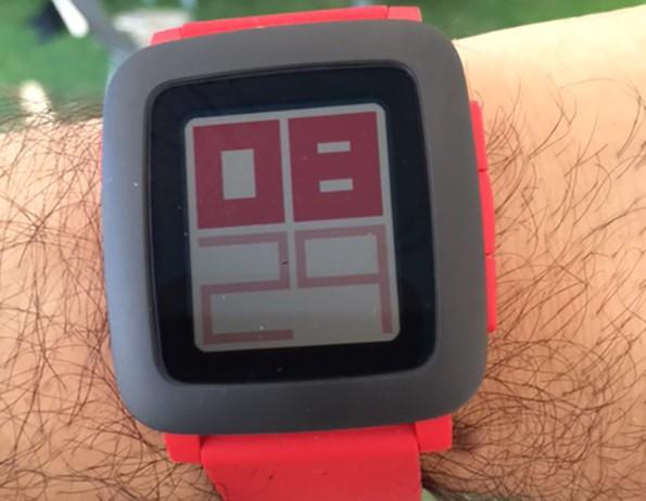Die Pebble Time –ein Tag mit der smarten Uhr reichte mir, um die vielen Vorteile einer Smartwatch einzusehen. (Foto: Luca Caracciolo)