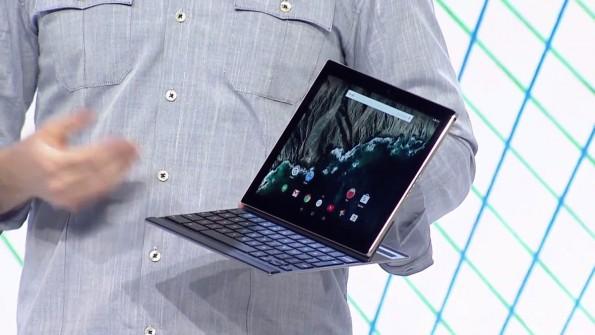 Die Tastatur des Pixel C wird induktiv geladen sobald das Gerät zugeklappt wird. (Screenshot: youtube.com/google)