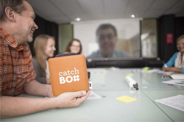 Um Ordnung in die Meinungsbeiträge von vielen Teilnehmern eines Meetings zu bringen, hilft der Einsatz eines Wurfgegenstands. (Foto: Catchbox)