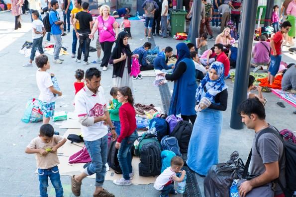 Im Rahmen der Flüchtlingsdebatte wird deutlich: Smartphones sind längst mehr als mobile Computer. (Foto: Spectral-Design / Shutterstock.com)