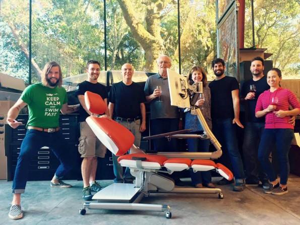 Das Altwork-Team präsentiert den Schreibtisch zum Liegen. (Bild: Altwork)