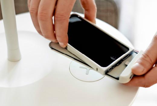 Die iPhone-Hülle von IKEA macht kabelloses Laden per Qi-Induktion schon jetzt möglich. (Bild: IKEA)