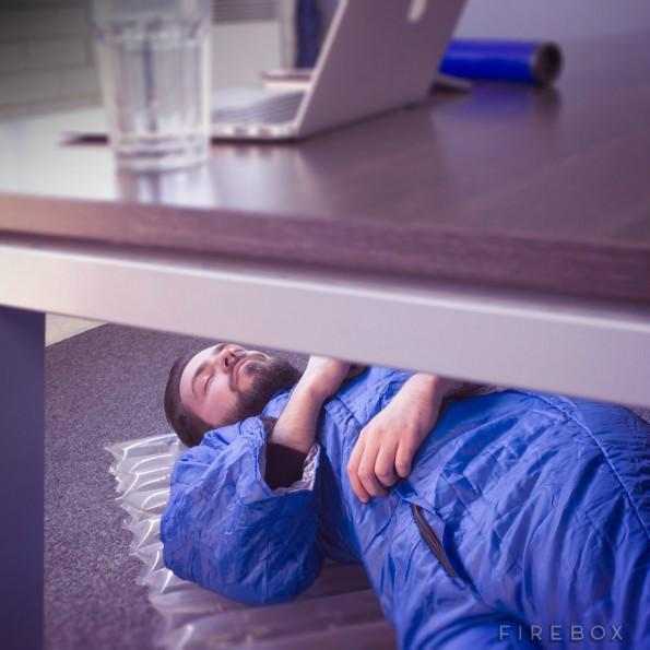 Das Napkit ist der Notfall-Koffer für alle, die Mittags einen Schlafplatz im Büro brauchen. (Foto: Firebox)