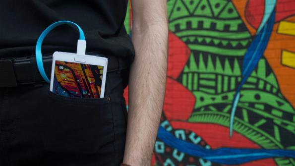 Smartphone laden mit der Gürtelschnalle. Mit dem Xoo Belt kein Problem. (Foto: Xoo)