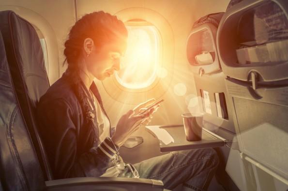 """Sobooks, das Startup von Sascha Lobo, und die Lufthansa kooperieren für eine neue E-Book-Plattform. (Foto: <a href=""""http://www.shutterstock.com/pic-295476128/stock-photo-woman-sitting-at-airplane-and-looking-to-mobil-phone.html"""">Shutterstock</a>)"""