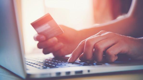 Beim Online-Shopping sollten sich Kunden viel Zeit für Preisvergleiche nehmen. (Foto: Shutterstock)