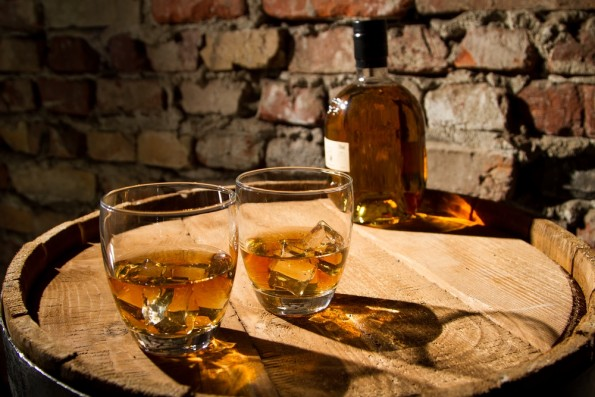 "In Zukunft könnte auch die Whisky-Flasche Informationen an unser Smartphone senden. (Foto: <a href=""http://www.shutterstock.com/de/pic-117783181/stock-photo-two-glasses-of-whiskey-and-the-bottle.html?src=uieVnsWUClCYvv68vD1gsA-2-11"">Shutterstock</a>)"