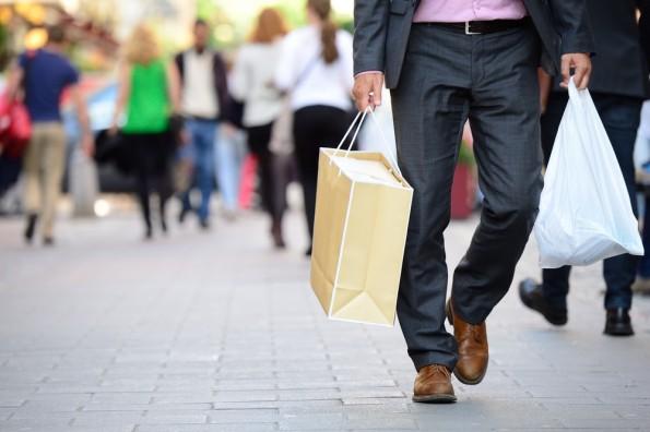 "Durch die Geschäfte bummeln und sich inspirieren lassen – die schönen Seiten am Offline-Shopping. (Foto: <a href=""http://www.shutterstock.com/pic-246998653/stock-photo-suit-with-shopping-bags-on-shopping-street.html?src=s8eVtcUyzxHaH38eeOn49w-1-50"">Shutterstock</a>)"