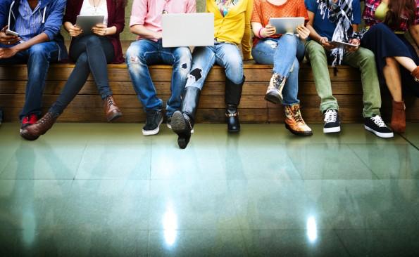 Facebook ist unter Jugendlichen besser als sein Ruf – neue Zahlen zur Intensivnutzung erschienen. (Bild: Shutterstock-Rawpixel.com