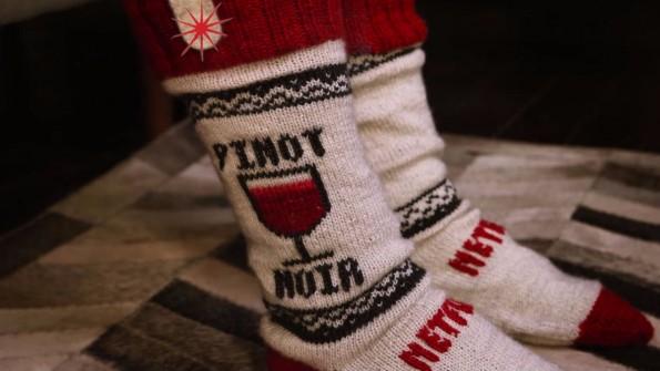 Netflix hat für die Socken eigene Strickmuster entworfen. (Bild: Screenshot)