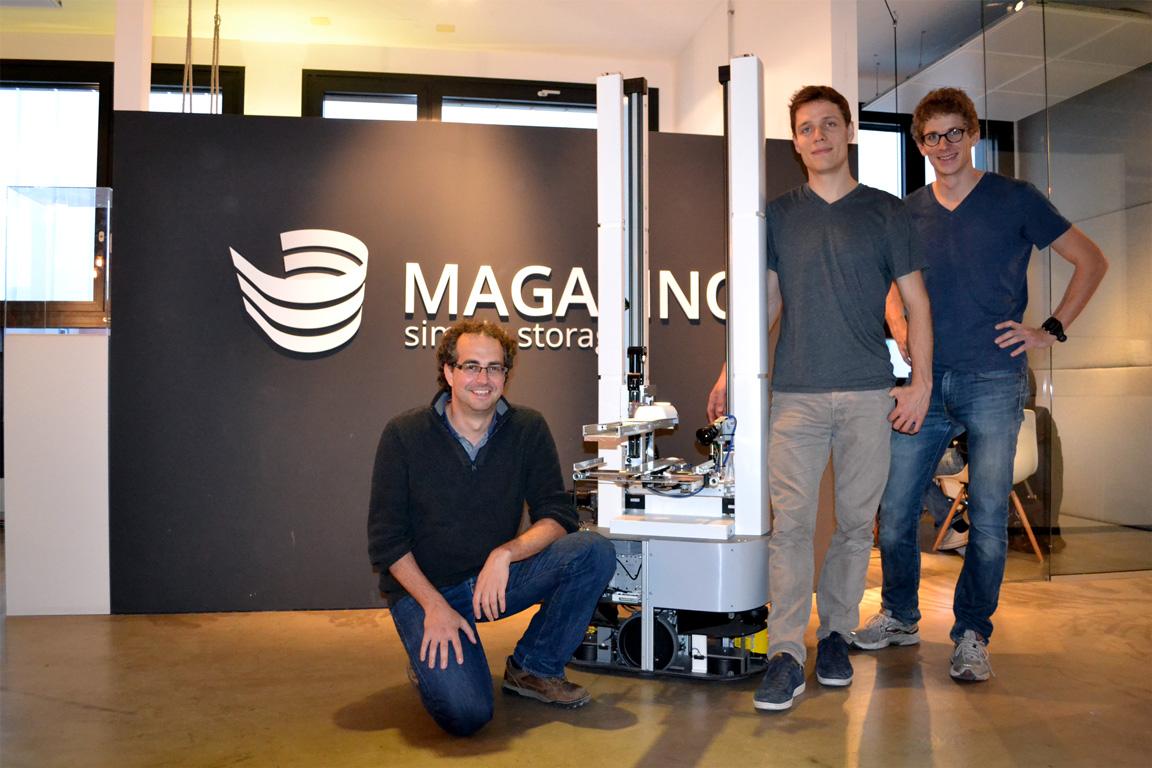 Die ersten drei Mitarbeiter von Magazino zusammen mit Toru. (Foto: Jochen G. Fuchs)
