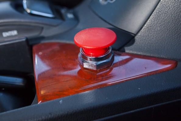 Für den Fall der Fälle: Mit diesem Knopf kann das selbstfahrende Auto sofort gestoppt werden. (Foto: BACKCHANNEL)