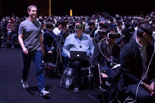 Die Masse der Pressevertreter war gestern auf Samsung Unpacked-Event vollkommen in der Virtual Reality abgetaucht, als Mark Zuckerberg die Bühne betrat. (Foto: Mark Zuckerberg)