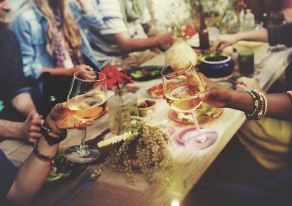 """""""Wenn ich Weinexperte werden will, muss ich ja auch nicht gleich Önologie studieren"""", sagt Achtsamkeits-Trainer Paul J. Kohtes. (Foto: <a href=""""http://www.shutterstock.com/pic-317935109/stock-photo-beach-cheers-celebration-friendship-summer-fun-dinner-concept.html"""">Shutterstock</a>)"""