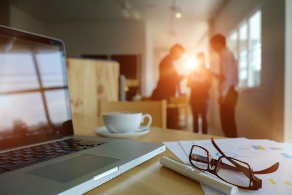 Konsequent früher am Arbeitsplatz erscheinen als sonst zeugt von Willensstärke. (Foto: d8nn / Shutterstock)