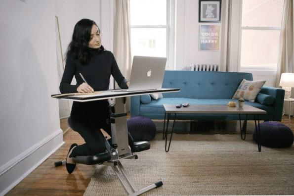 Produktives Arbeiten am ergonomischen Sitzschreibtisch The Edge. (Bild: Edge Desk)