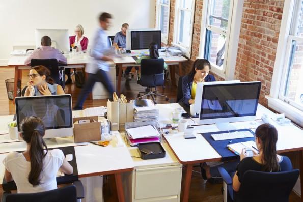 Je zufriedener die Mitarbeiter mit der IT-Ausstattung sind, desto wohler fühlen sie sich am Arbeitsplatz. (Foto: Shutterstock.com)