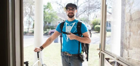 Die in blauen Shirts gekleideten Favor-Mitarbeiter liefern alles in nur 35 Minuten. (Foto: Favor)
