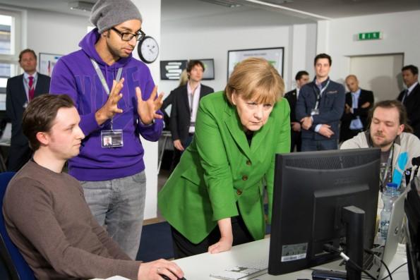 Auch Bundeskanzlerin Angela Merkel ließ sich schon im Berliner Büro von ResearchGate blicken. Hier erklärt Ijad Madisch ihr die Funktionen des Netzwerks. (Foto: © Martin Miser/Presse)
