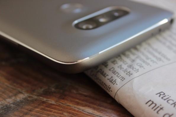 Die Lücken in der Lackierung des Rahmens des LG G5 sind zwar Absicht, aber sie wirken beinahe wie ein Unfall. (Foto: t3n)