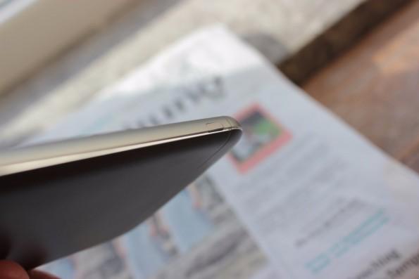 Der seitliche Button wie das Akkumodul sitzen im LG G5 teils nicht gerade. (Foto: t3n)
