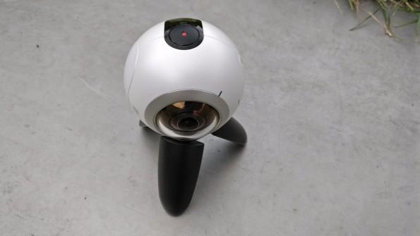Klein und knubblig, aber für für das schnelle Knipsen von VR-Inhalte praktisch: die Samsung Gear 360. (Foto: t3n)