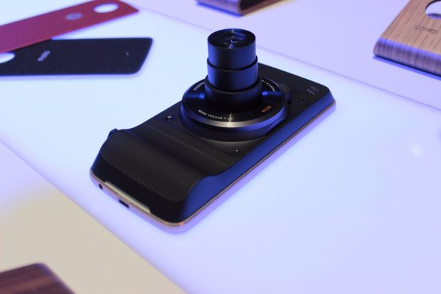 Der Hasselblad True Zoom Moto Mod bringt 10-fachen optischen Zoom auf ein Smartphone. (Foto: t3n)