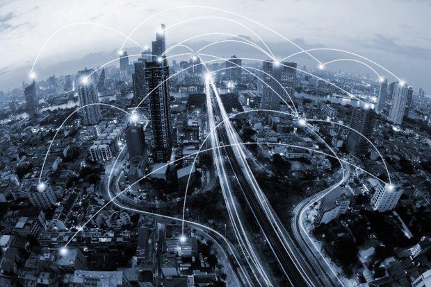 """Digitalisierung: Social Bots können offenbar politische Entscheidungen beeinflussen. (Foto: <a href=""""http://www.shutterstock.com/pic-411942079/stock-photo-blue-tone-city-scape-and-network-connection-concept.html?src=sEyEj2JIwqQFTnFVns_oLQ-1-1"""">Shutterstock</a>"""