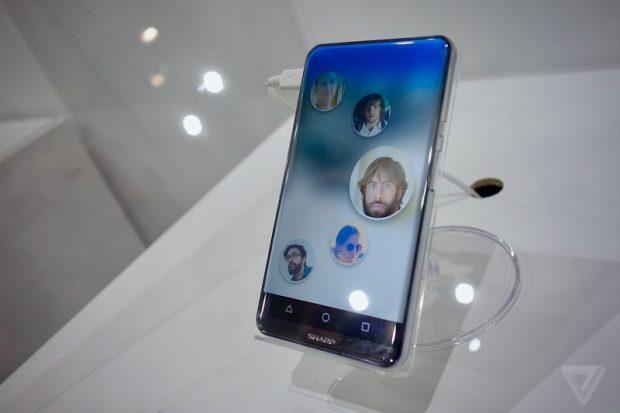Vorbild Sharp: Die Japaner haben Anfang Oktober ein Smartphone beine ohne Rahmen gezeigt. (Foto: <a href=