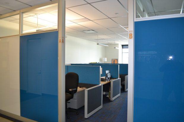 In den Büros sieht es deutlich nüchterner aus: Fast schon klassische Cubicles beherrschen in diesem Stockwerk das Bild. (Foto: Jochen G. Fuchs)