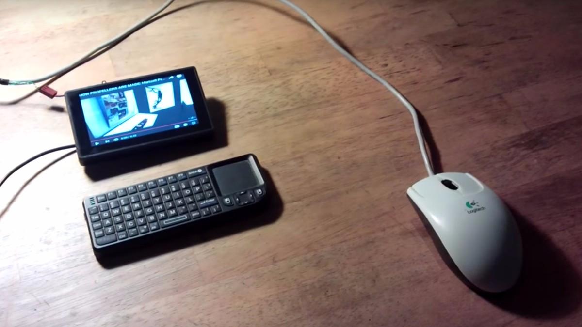 Bastler stopft Computer direkt in die Maus