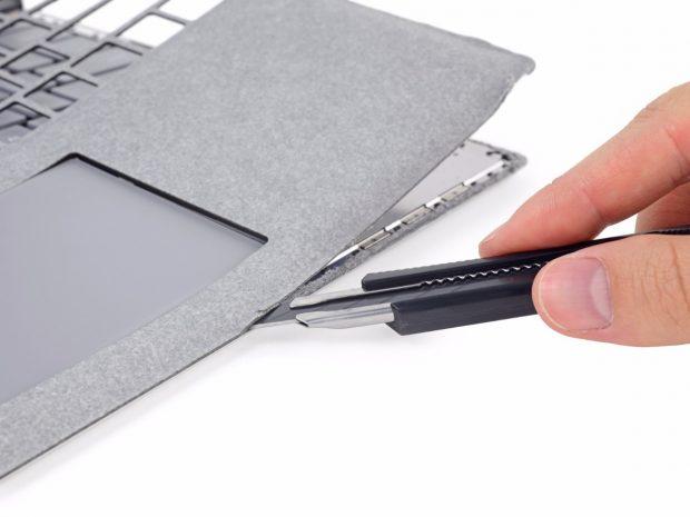 Der Alcantara-Bezug muss abgelöst werden, um an das Innere des Surface Laptop zu gelangen. (Foto: iFixit)