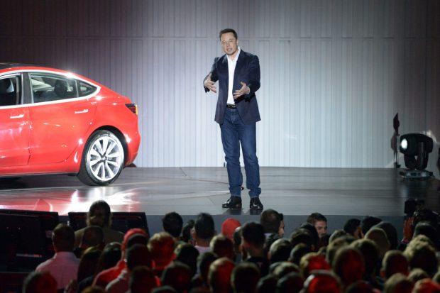 Model 3 wird ausgeliefert: Tesla-Aktie klettert auf neues Rekordhoch