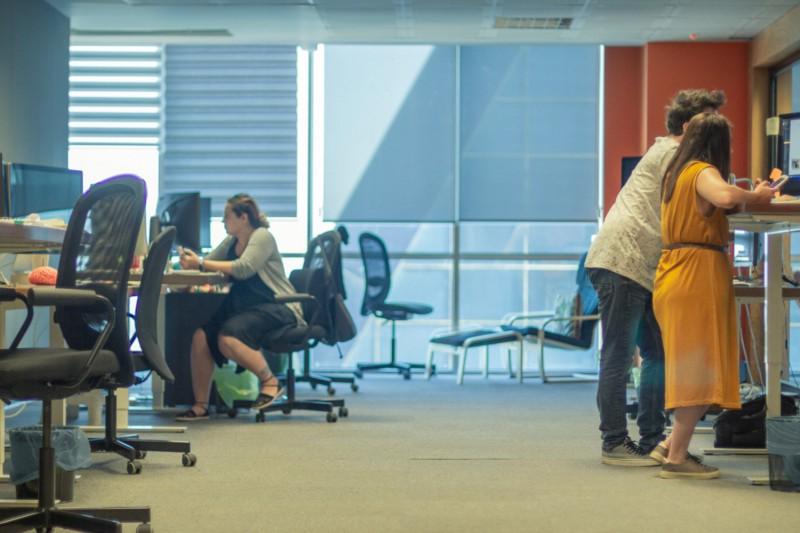Am Schreibtisch stehen oder sitzen – auf diese Weise löst ein Firmenchef das Dilemma