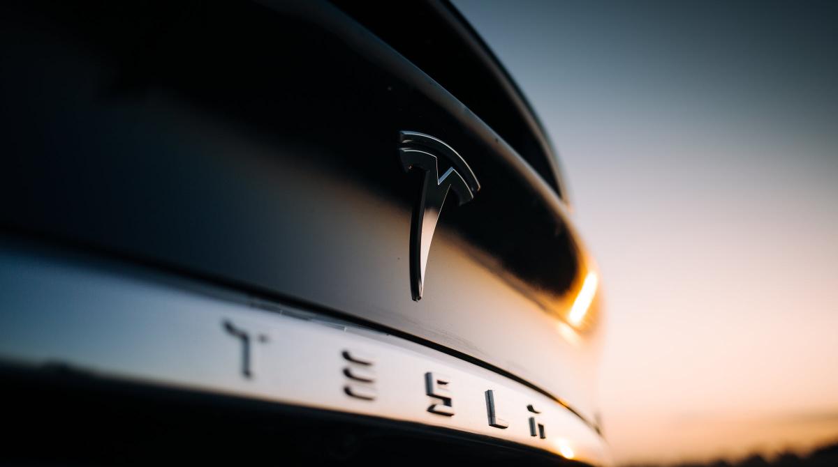 Starinvestorin Cathie Wood stößt 350.000 Tesla-Aktien ab